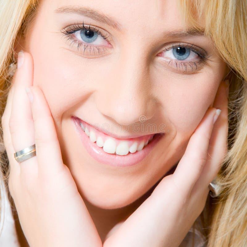 Studioportrait eines langen blonden Mädchenlächelns lizenzfreies stockfoto