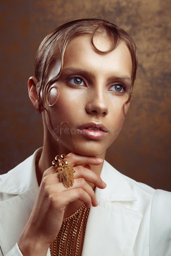 Studioportret van aantrekkelijke vrouw met gouden samenstelling en nat Ha royalty-vrije stock foto's
