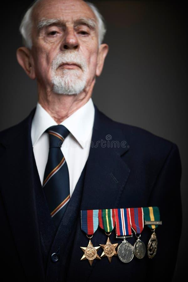 Studioportret van de Hogere Mens die Medailles dragen stock foto's