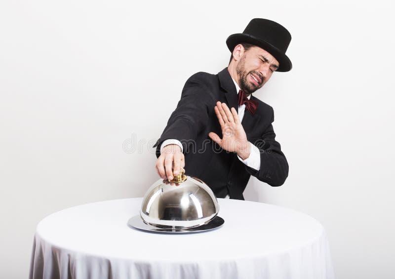 Studioportret van een grappige retro mens in restorant royalty-vrije stock foto's