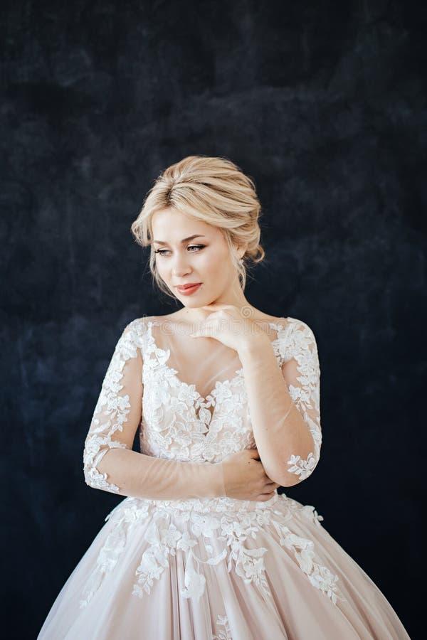 Studioportret van een jong meisje van de bruid met professioneel huwelijksmake-up en kapsel royalty-vrije stock afbeeldingen