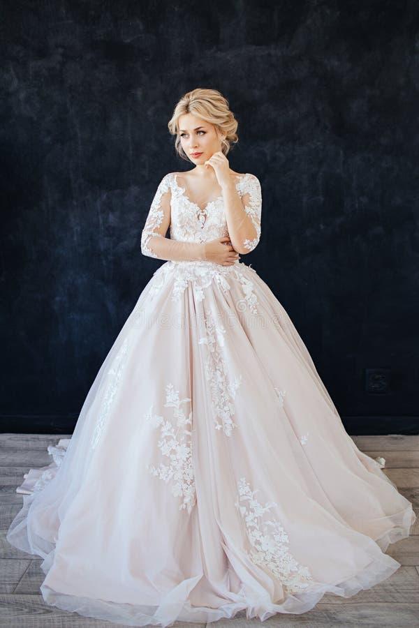 Studioportret van een jong meisje van de bruid met professioneel huwelijksmake-up en kapsel royalty-vrije stock foto's