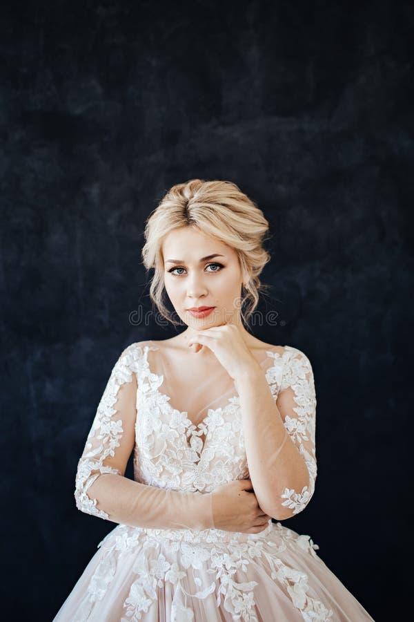 Studioportret van een jong meisje van de bruid met professioneel huwelijksmake-up en kapsel stock fotografie
