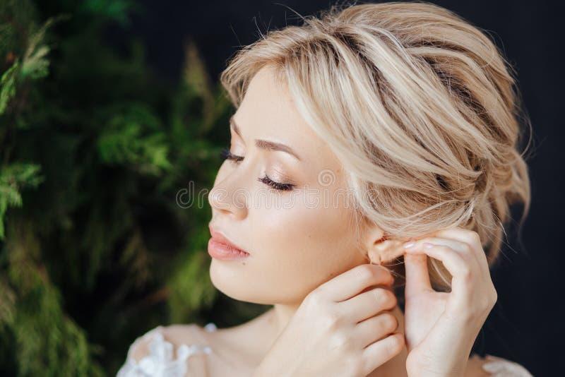 Studioportret van een jong meisje van de bruid met professionele huwelijksmake-up stock foto's