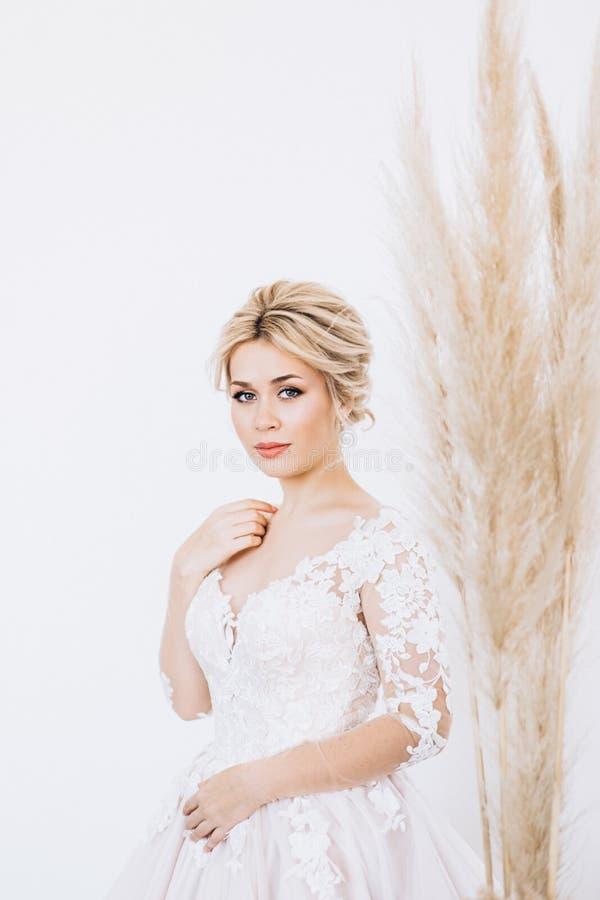 Studioportret van een jong meisje van de bruid met professionele huwelijksmake-up stock fotografie