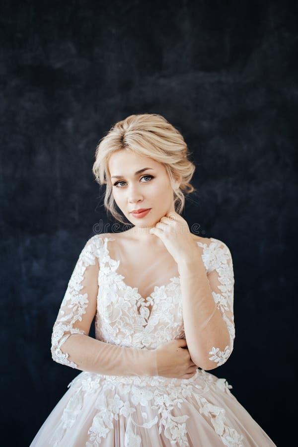 Studioportret van een jong meisje van de bruid met professionele huwelijksmake-up stock afbeeldingen