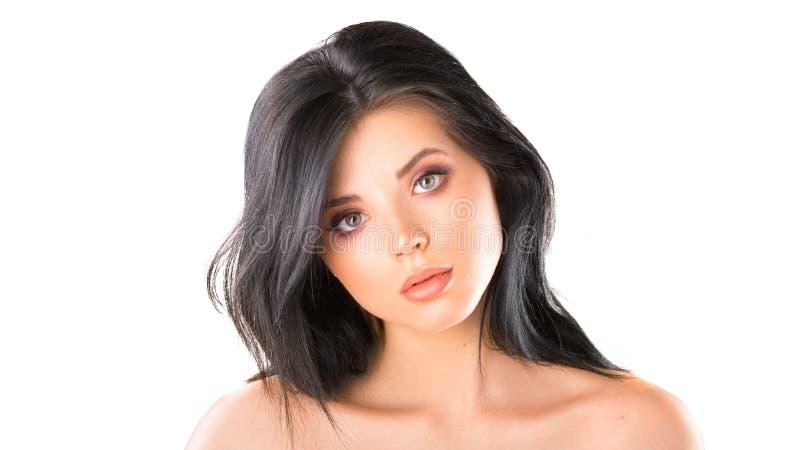Studioportret van een mooie jonge vrouw met bruin haar Vrij modelmeisje met perfecte verse schone huid Schoonheid en stock fotografie