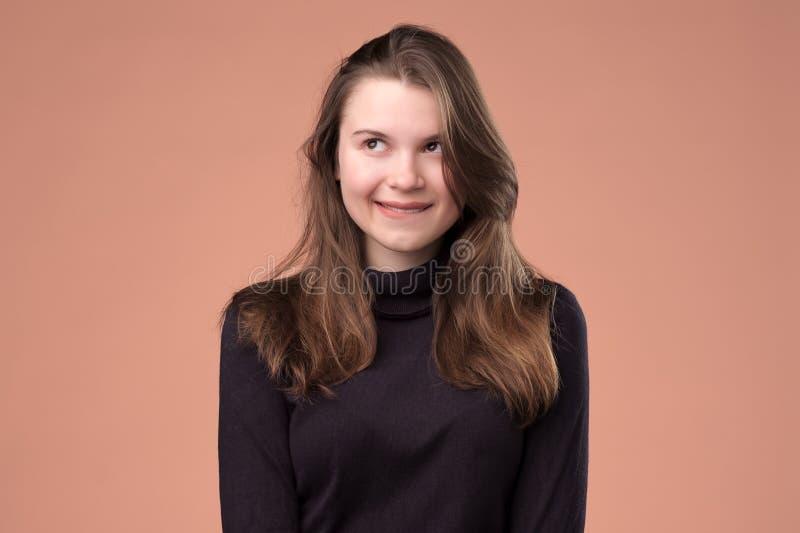 Studioportret van een sluw meisje die opzij kijken royalty-vrije stock foto's