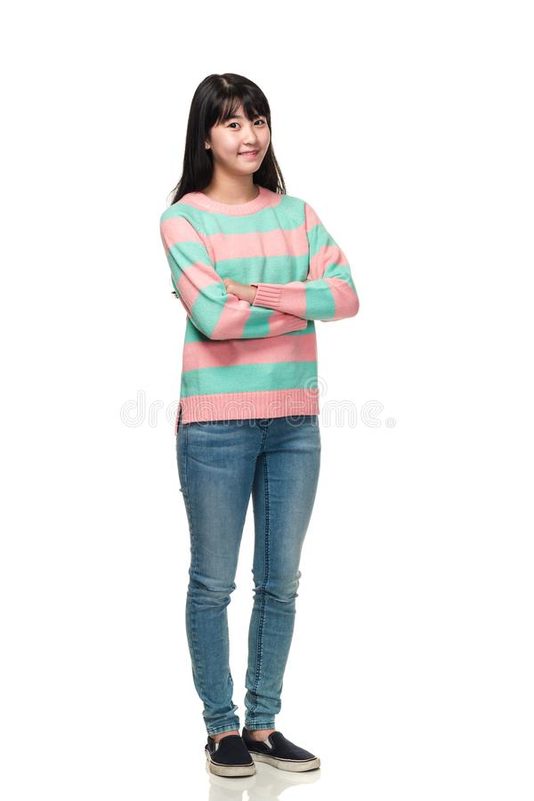 Studioportret van een tiener Aziatische vrouw van het Oosten met gevouwen wapens stock foto