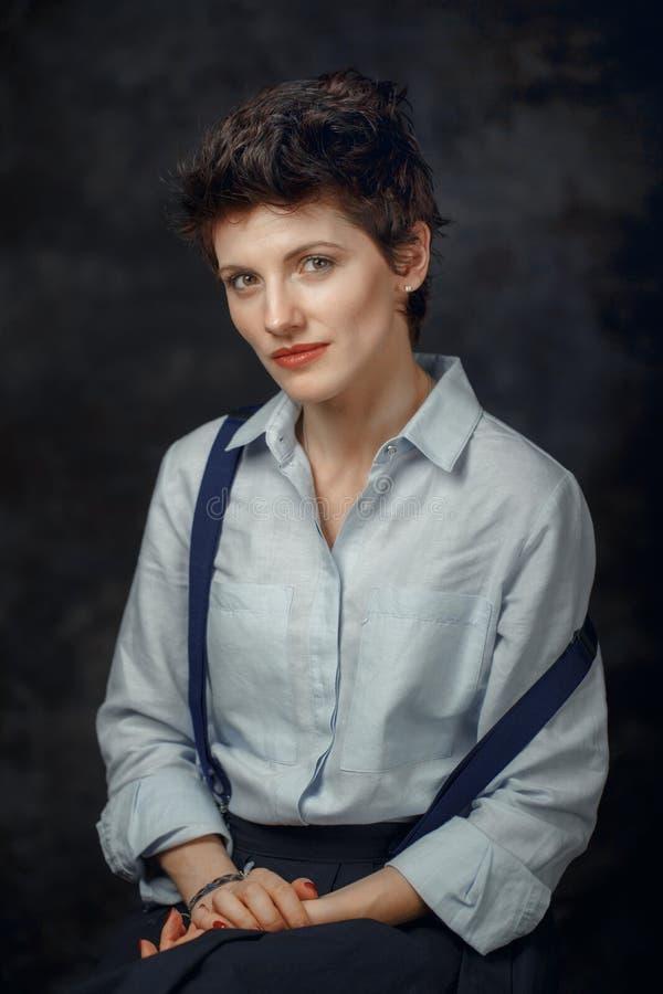 Studioportret van het mooie peinzende middenleeftijds donkerbruine Kaukasische vrouw kijken in camera royalty-vrije stock foto
