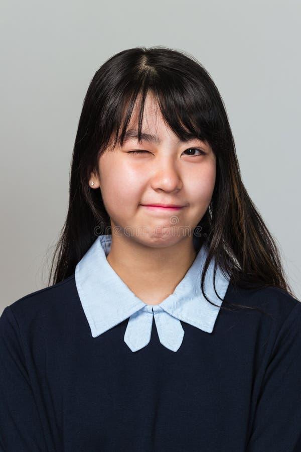 Studioportret van het tiener Aziatische de vrouw van het Oosten knipogen royalty-vrije stock afbeeldingen