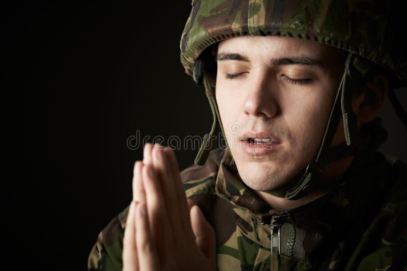 Studioportret van Militair In Uniform Praying stock fotografie