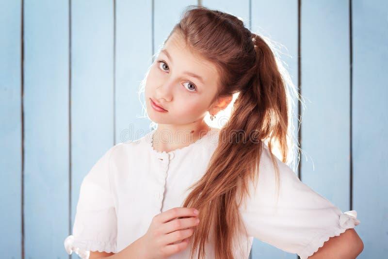 Studioportret van mooi meisje met grote ogen stock afbeelding