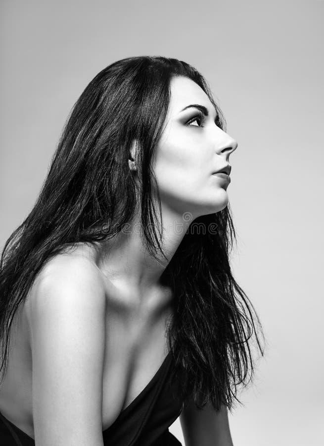 Studioportret van mooi meisje. Profielmening. Zwart-wit stock foto