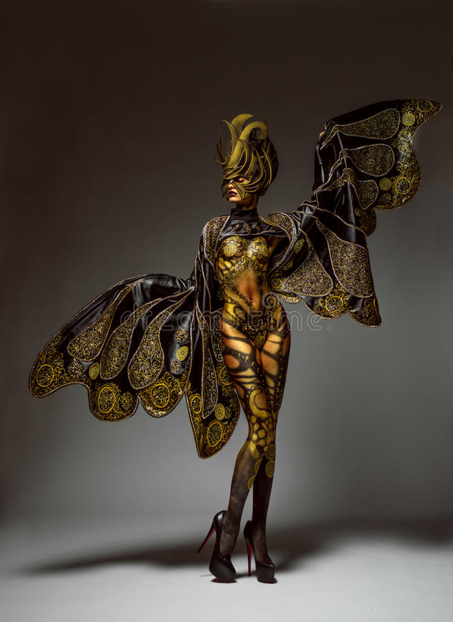Studioportret van mooi model met het lichaamsart. van de fantasie gouden vlinder royalty-vrije stock fotografie