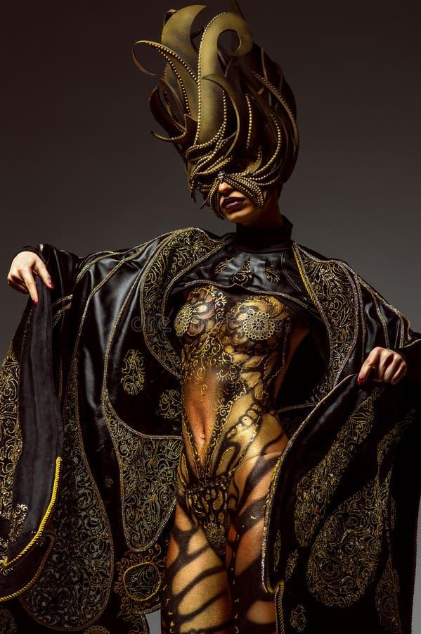 Studioportret van mooi model met het lichaamsart. van de fantasie gouden vlinder stock afbeelding