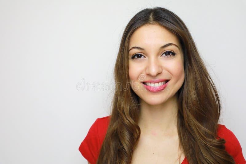 Studioportret van vrolijk mooi meisje met rode t-shirt Att royalty-vrije stock afbeelding