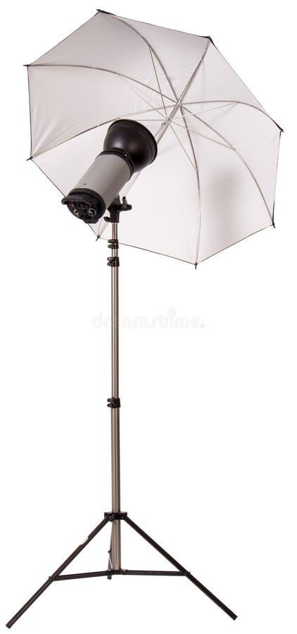 Studiorundumleuchteblitz mit Regenschirm lizenzfreie stockbilder