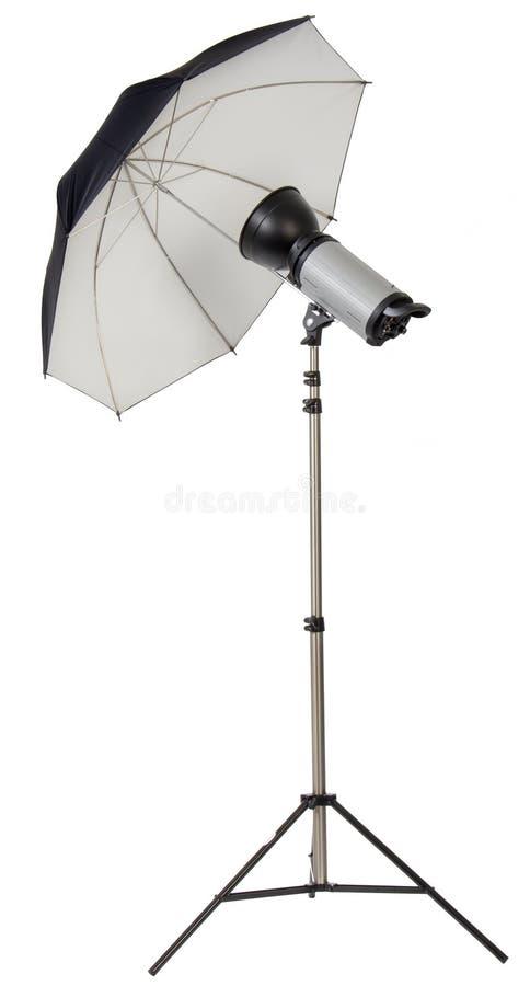 Studiorundumleuchteblitz mit Regenschirm stockfotografie
