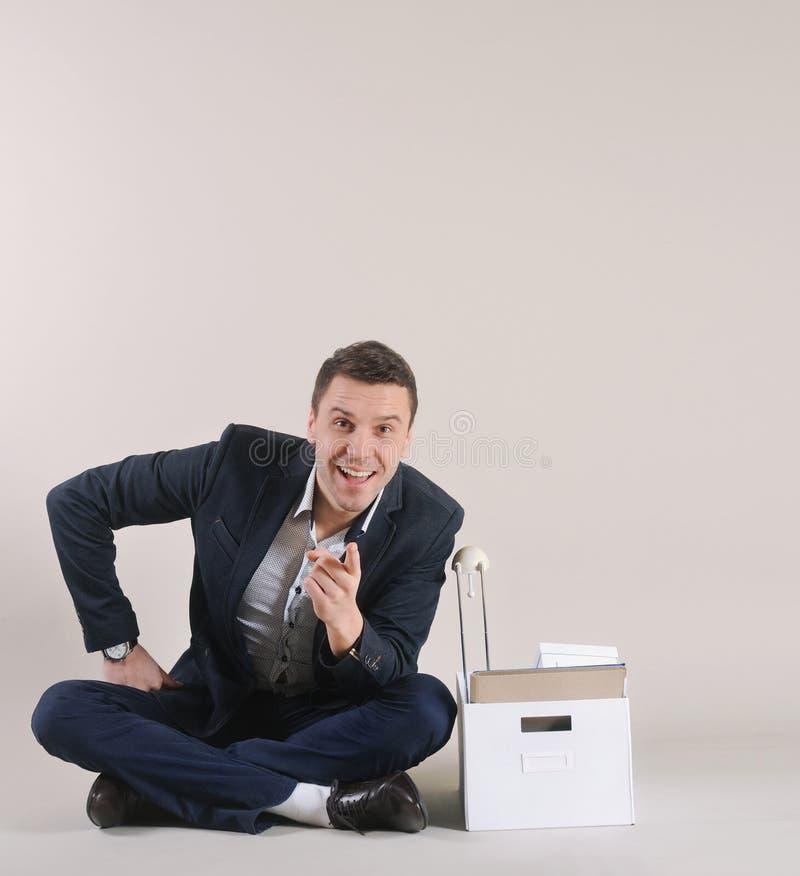 Studioschot van aantrekkelijke positieve zakenman met bureaumateriaal stock afbeelding