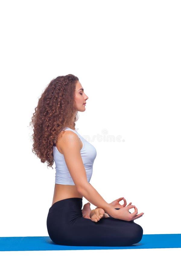 Studioschot van een jonge geschikte vrouw die yoga doen stock fotografie