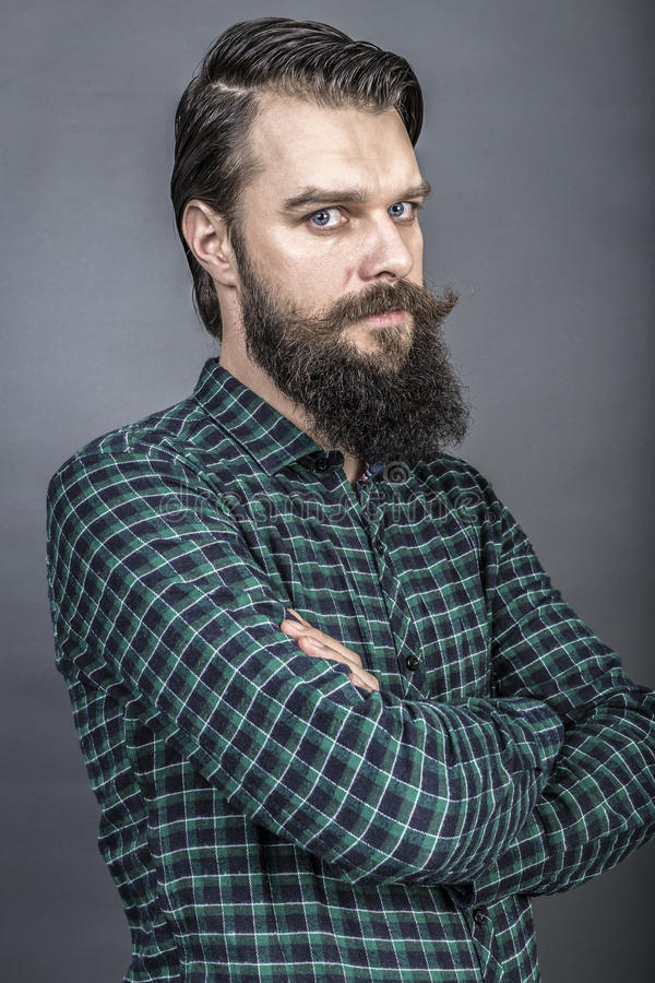 Studioschot van een knappe jonge mens met retro blik, baard en m stock afbeeldingen