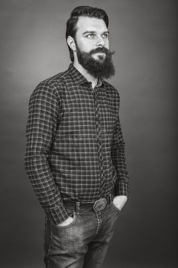 Studioschot van een knappe jonge mens met retro blik, baard en m royalty-vrije stock fotografie