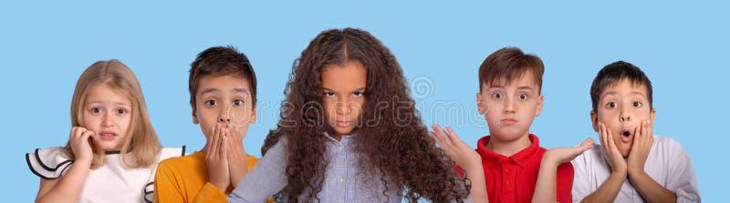 Studioskämtcollage av schoolchildsna som uttrycker olika sinnesrörelser på faktumet som deras flickvän blev ilsken omkring royaltyfria bilder
