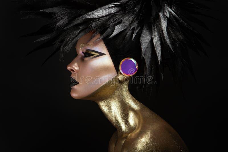 Studioskönhetstående av den unga kvinnan med svart grafisk makeup arkivbild