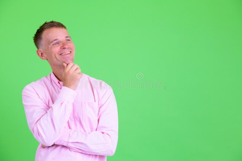 Studioskott av den lyckliga affärsmannen som tänker och ser upp royaltyfria foton