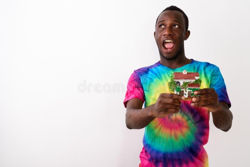 Studioskott av den unga lyckliga svarta afrikanska mannen som upp ser stundth fotografering för bildbyråer