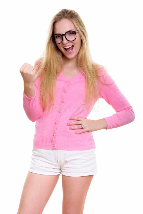 Studioskott av den unga lyckliga tonårs- flickan som ler, medan se mo arkivbilder