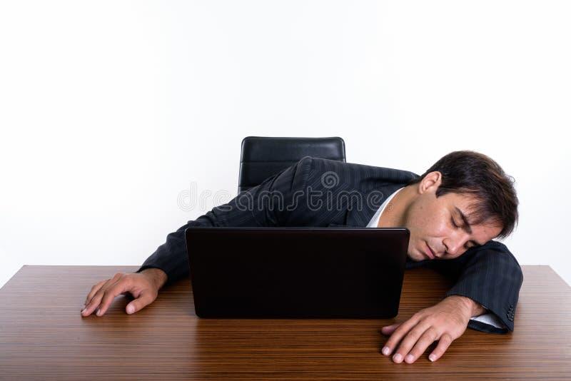 Studioskott av den unga persiska aff?rsmannen som sover med b?rbara datorn p? royaltyfri bild