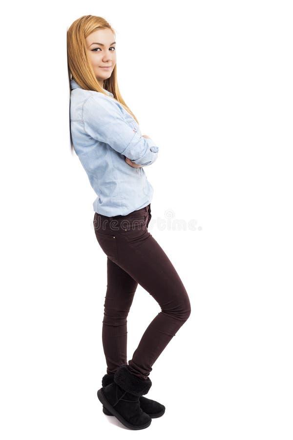 Studioskott av en moderiktig härlig tonårs- flicka med vikta armar arkivbilder