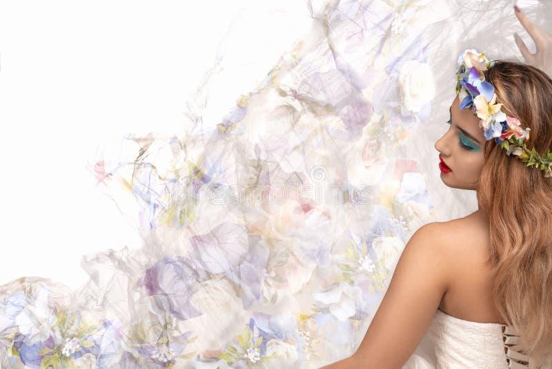 Studioskott av en ung kvinna med makeup och den blom- kransen på hennes huvud royaltyfri foto