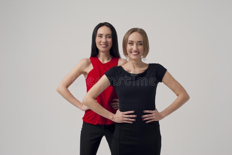 Studioskott av två affärskvinnor fotografering för bildbyråer