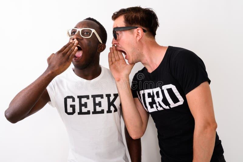 Studioskott av ungt svart afrikanskt Geekmanlyssna och lookin arkivfoton