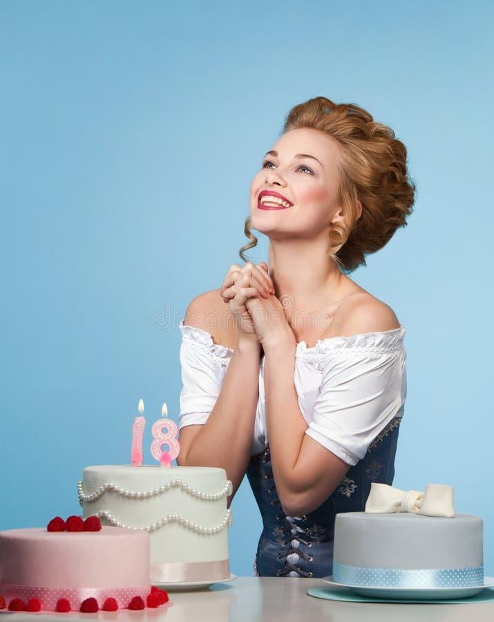 Studioskott i den Marie Antoinette stilen med kakan royaltyfria foton