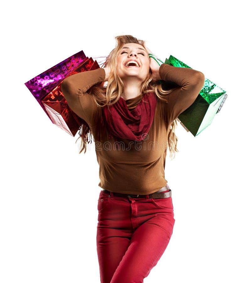 Studioskottet av den härliga flickan är i modestil med shopping arkivfoton