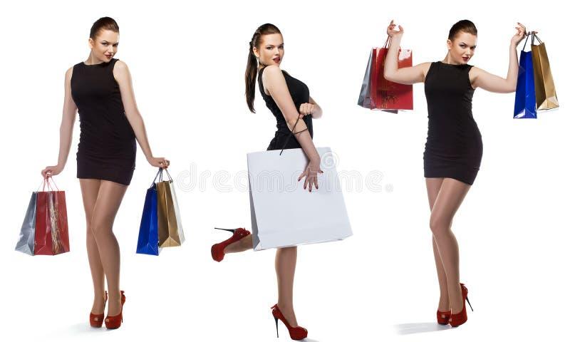 Studioskottet av den härliga flickan är i modestil med shopping royaltyfri bild
