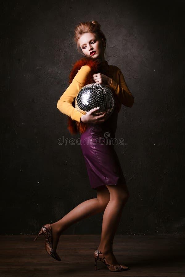 Studiospruit van stellende de discobal van de vrouwenholding Retro stijl royalty-vrije stock foto