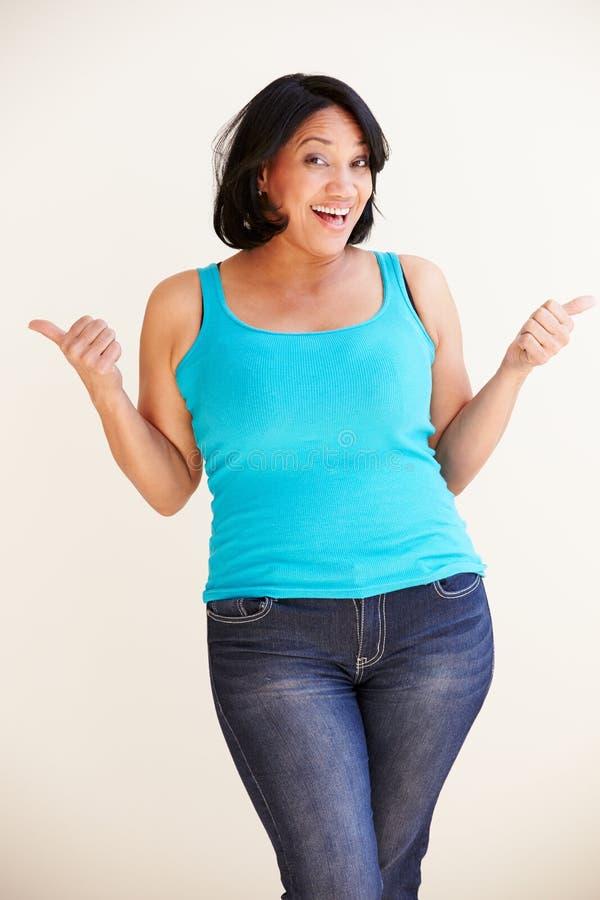 Studiostående av att le den överviktiga kvinnan fotografering för bildbyråer