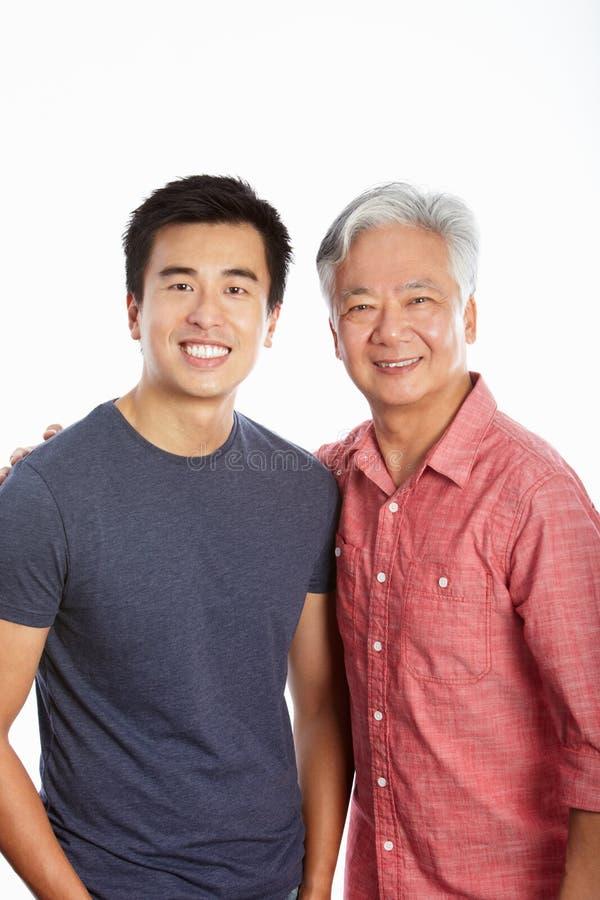 Studiostående av den kinesiska fadern med den vuxna sonen arkivbild