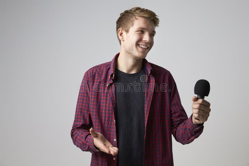 Studiostående av den manliga journalisten With Microphone royaltyfria foton