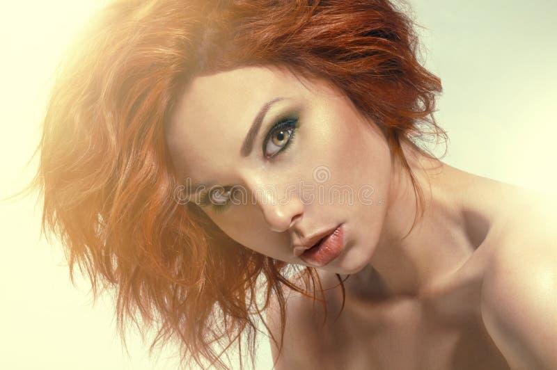 Studiostående av den nätt redheadkvinnan fotografering för bildbyråer