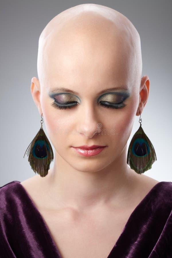Studiostående av den skalliga kvinnan royaltyfri foto