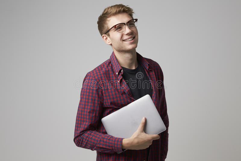 Studiostående av den tillfälligt klädda affärsmannen With Laptop royaltyfri bild