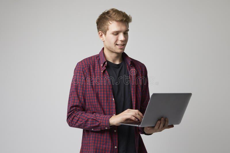 Studiostående av den tillfälligt klädda affärsmannen With Laptop royaltyfri fotografi