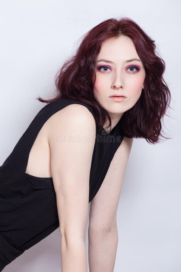 Studiostående av den unga kvinnan för blåa ögon med den bleka hyn arkivfoton