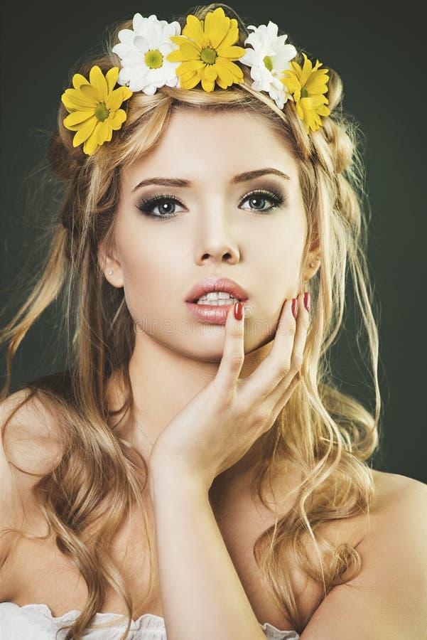 Studiostående av den unga kvinnan med den blom- kranen royaltyfria foton
